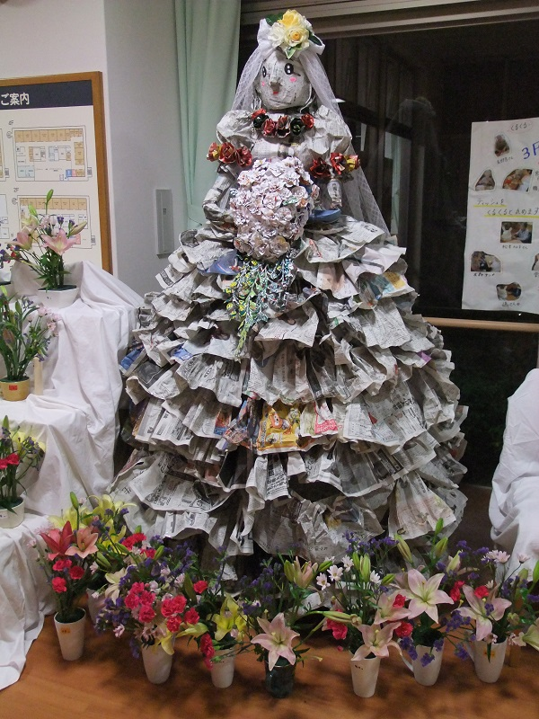 3階職員制作の新聞紙ウェディングドレス。